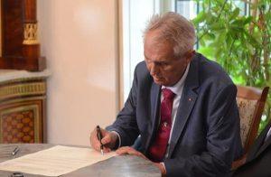 Prezident podepsal devět zákonů, které mají pomoci v boji s koronavirem